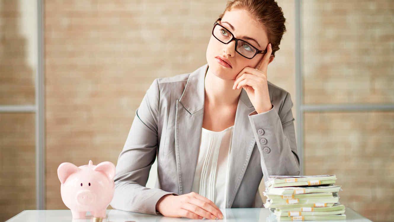 Mujer elige entre ahorro y efectivo