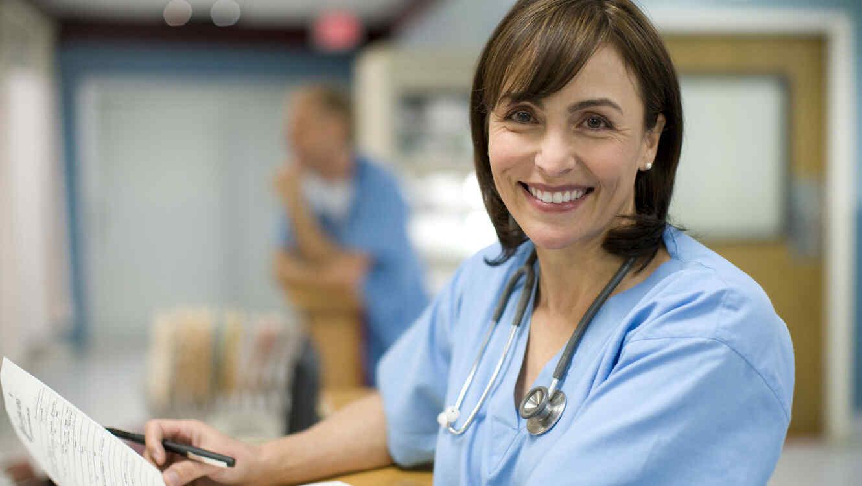Médica trabajando con historias clínicas