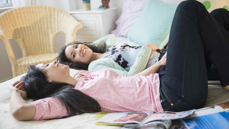Madre e hija charlando en la habitación