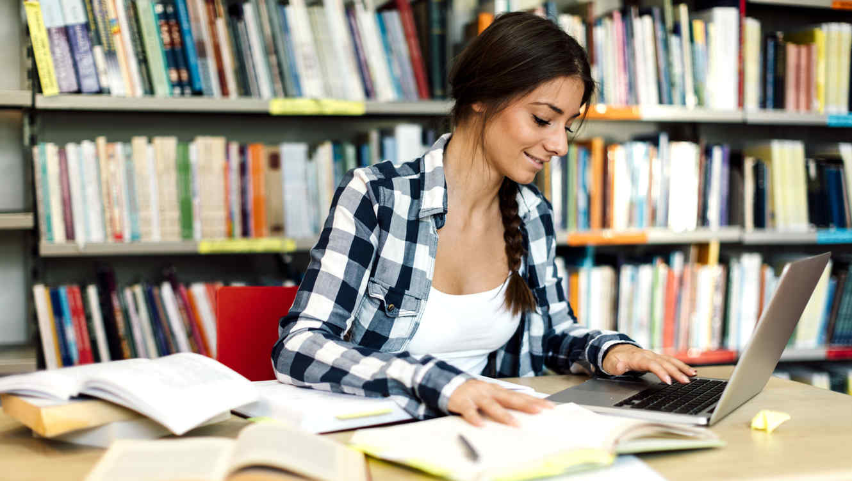 Estudiante escribiendo en una notebook