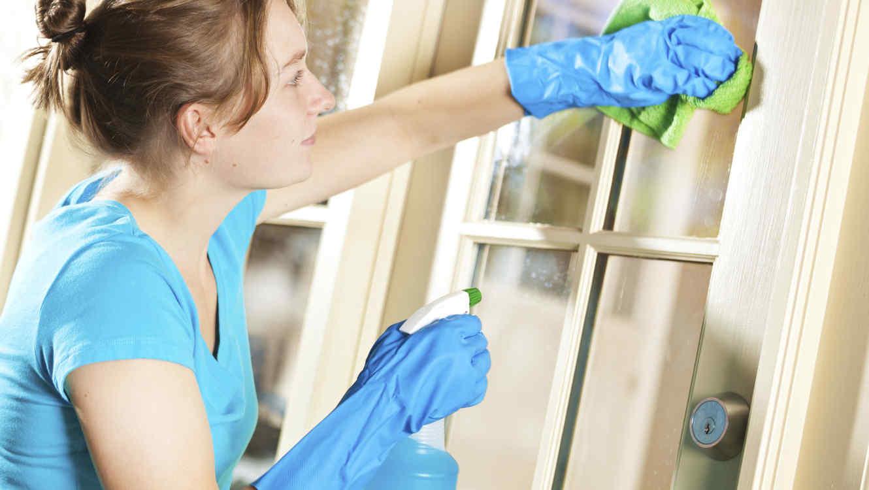 Mujer limpiando los vidrios
