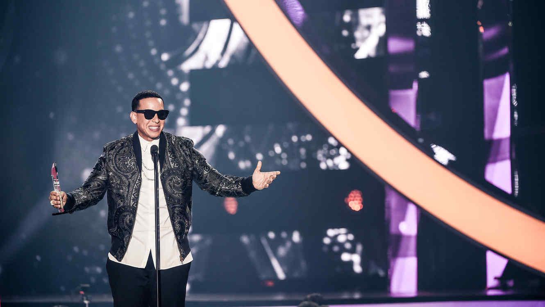 """Daddy Yankee recibiendo el premio """"Líder de la Industria"""""""