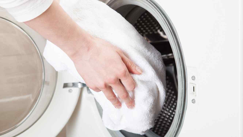 Resultado de imagen para truco de secar ropa con una toalla