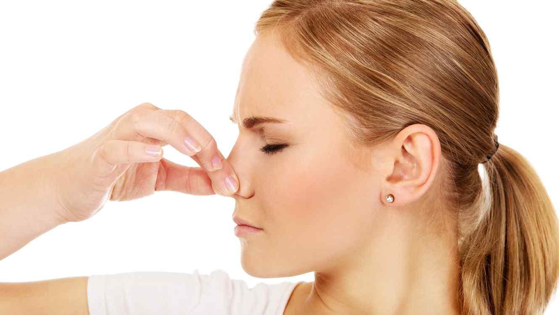 Resultado de imagen para gente tapandose la nariz