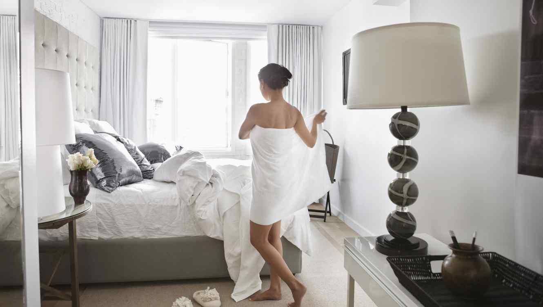 Mujer en hotel con toalla