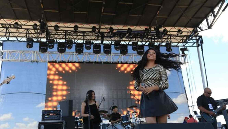 Isabel Marie Sanchez cantando en la Fiesta de la Flor de Selena