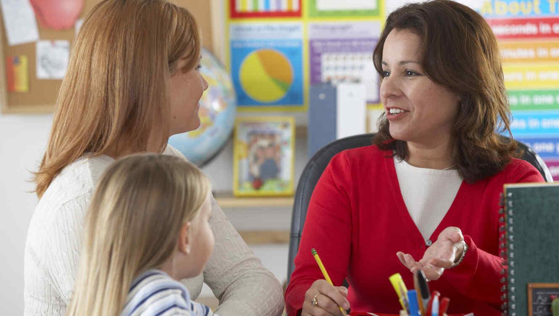 Madre e hija hablando con la maestra