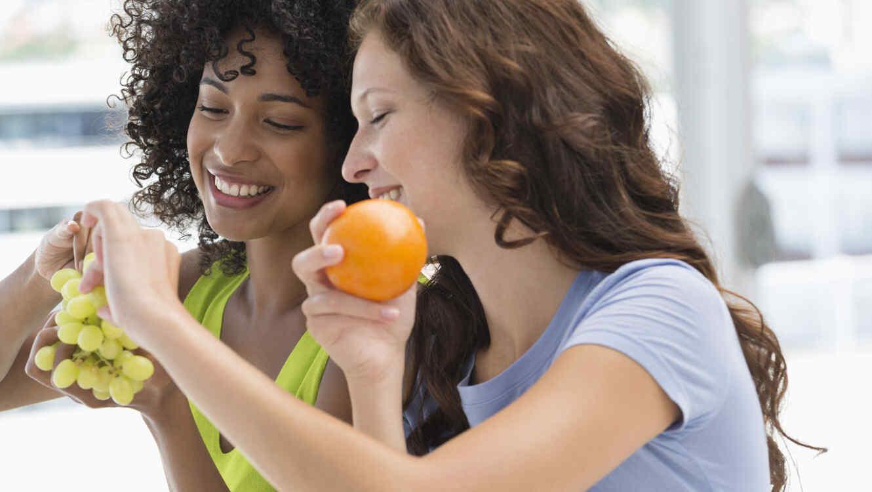 Amigas comiendo fruta