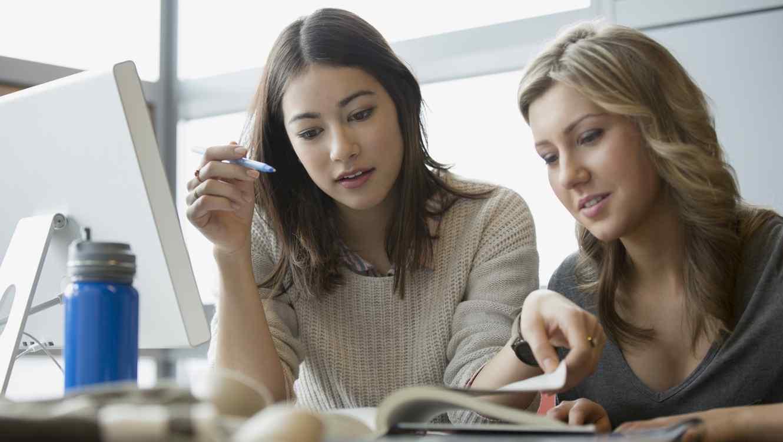 Dos amigas estudiando