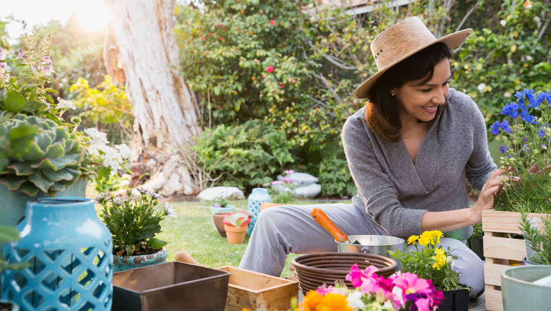 Resultado de imagen para mujer en el jardin