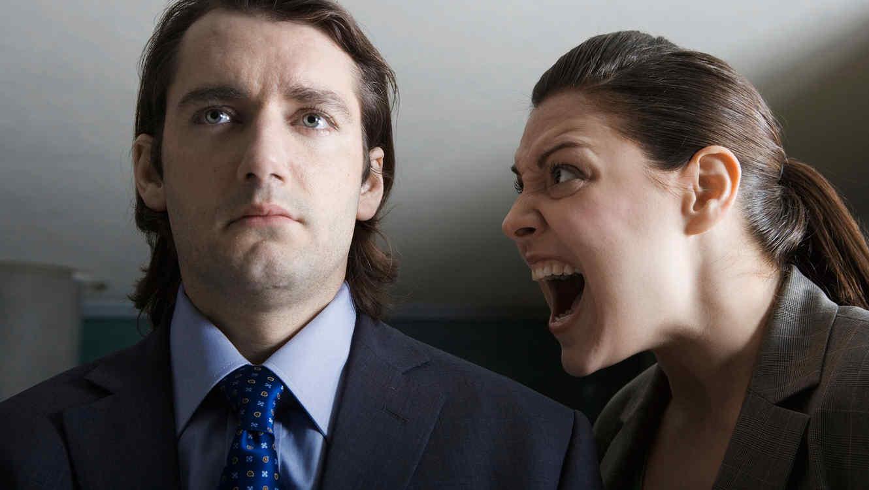 mujer-gritando-a-un-hombre-de-traje.jpg?