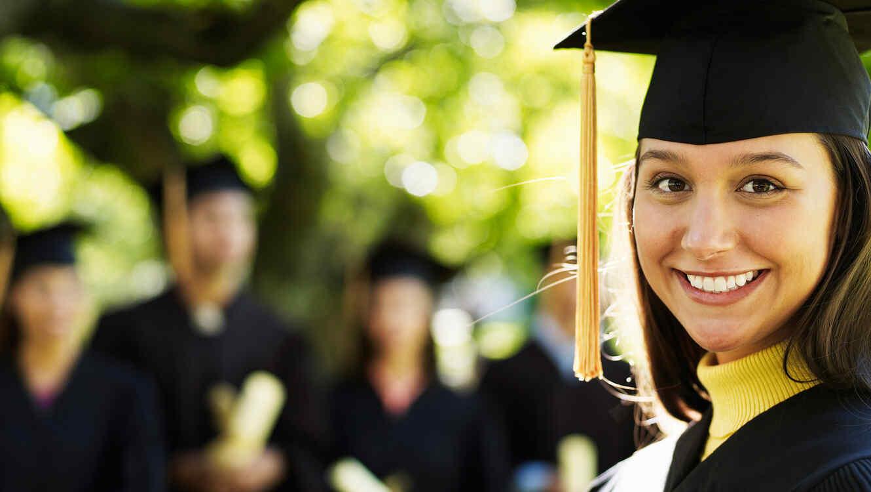 Mujer graduada sonríe