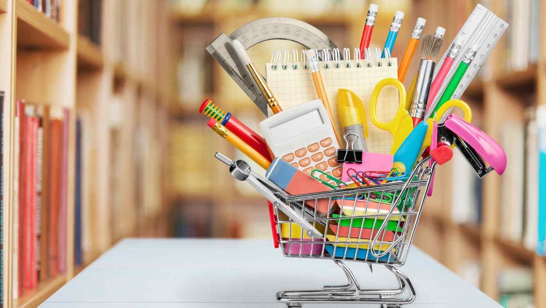 Carrito de compras con útiles escolares dentro