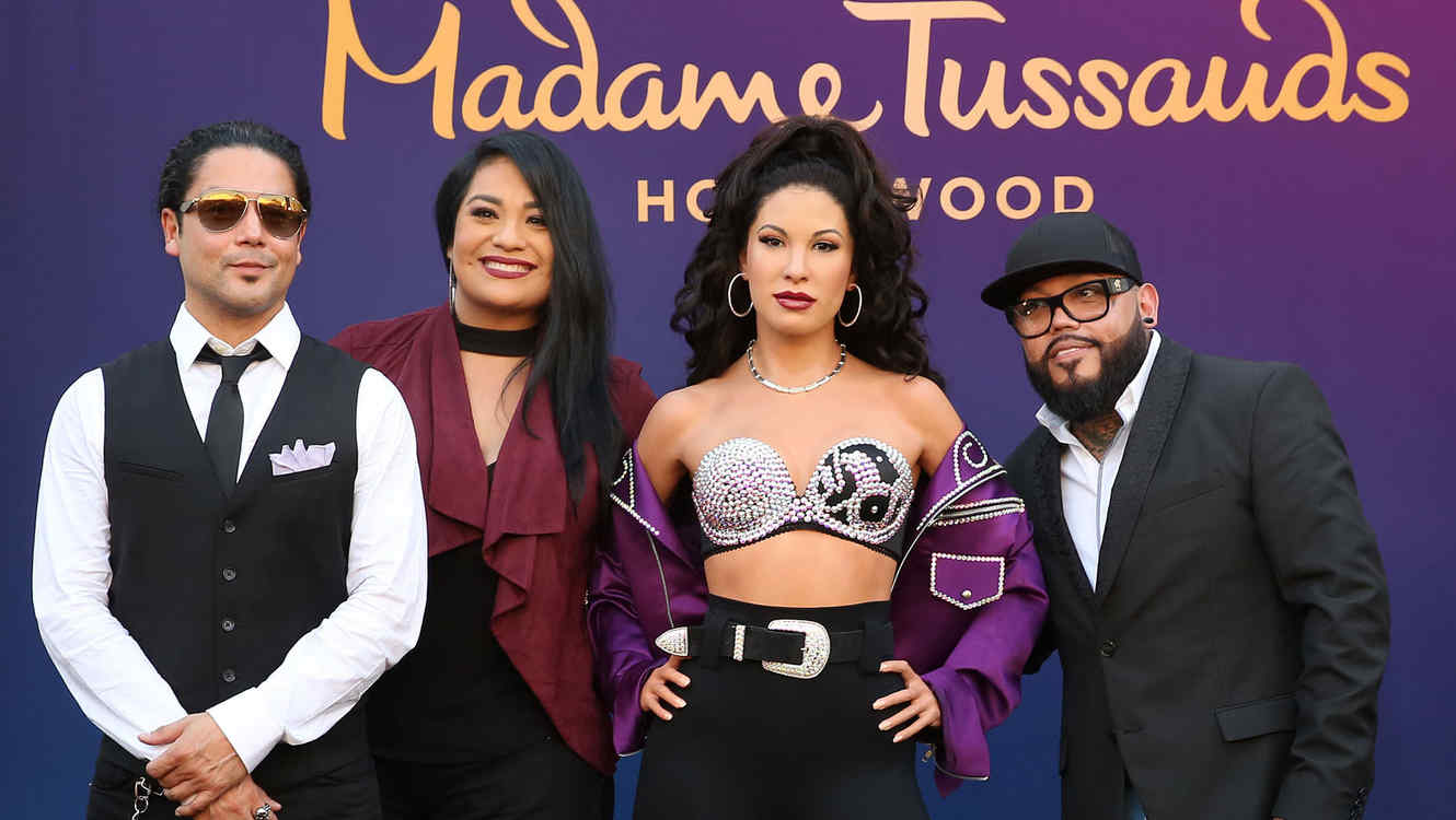 Develan estatua de cera de Selena en Hollywood
