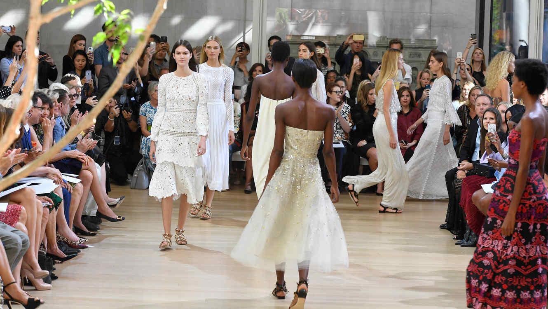 Modelos en el desfile de Oscar de la Renta en el NYFW