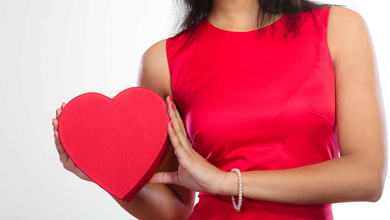 Mujer de rojo con corazón