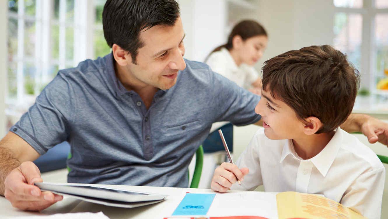 Padre ayudando a su hijo con las tareas escolares