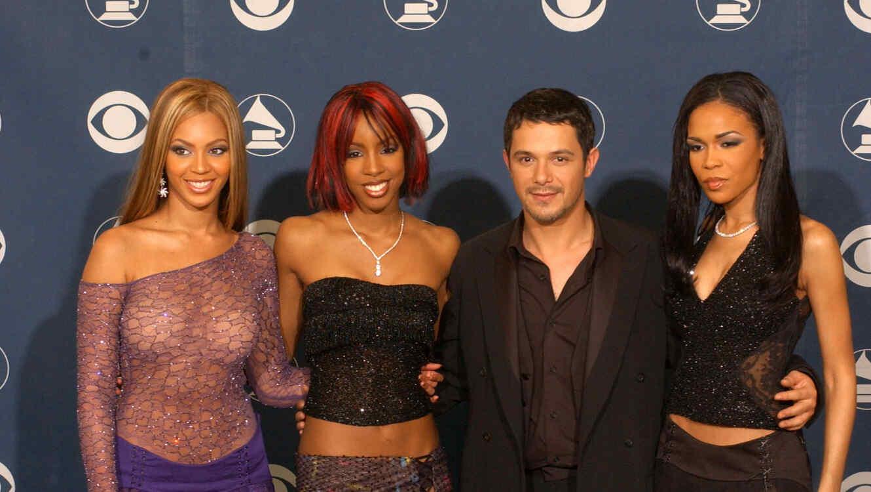 Alejandro Sanz y las cantantes de Destiny's Child en la alfombra roja de los premios Grammy 2002