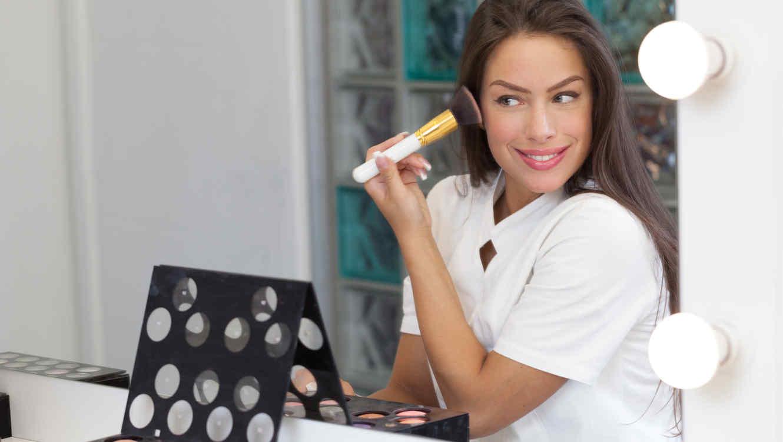 Mujer poniéndose maquillaje