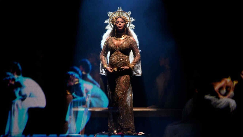 Beyoncé durante su presentación en los premios Grammy 2017
