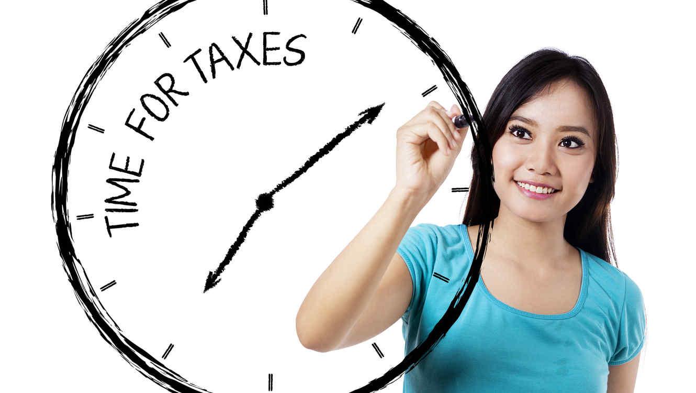 Mujer marcando en un reloj el tiempo de impuestos