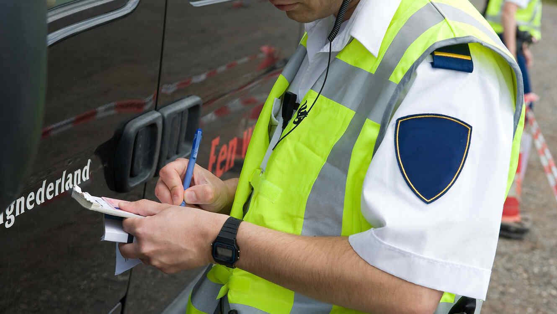 Premian a policía de tránsito que se multó a sí mismo — Dubai