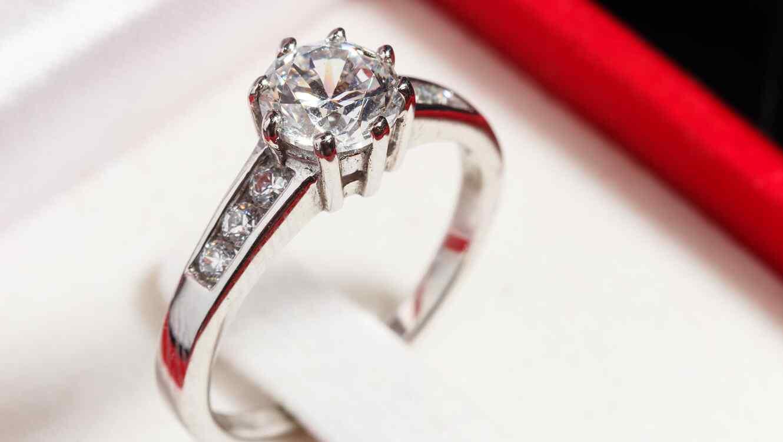 abrió un crowdfunding para un anillo de compromiso de us$15,000 y