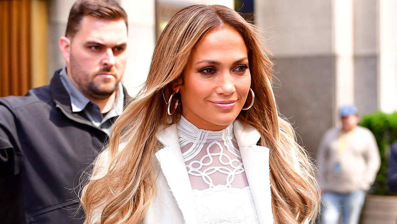 Jennifer Lopez con look blanco y sonriendo en Nueva York
