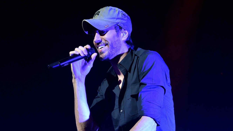 Enrique Iglesias cantando en la fiesta del Upfront 2017 de NBC Universal