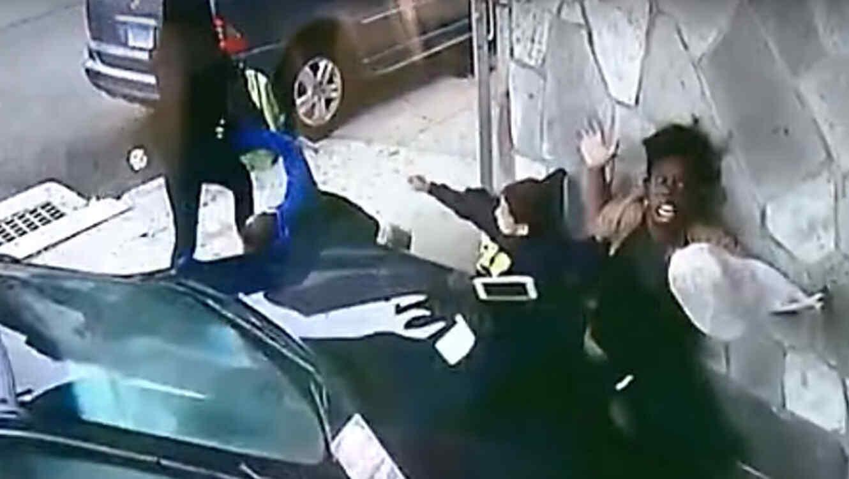 Una mujer salta delante de un coche para salvar a un niño