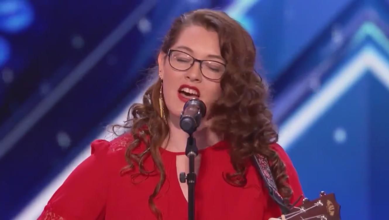 Joven cantante sorda es revelación de un concurso de talentos