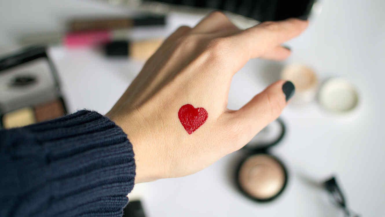 chica con un corazn dibujado en la mano