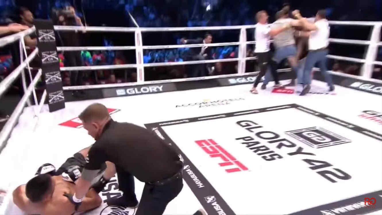 Aficionados golpean a peleador sucio