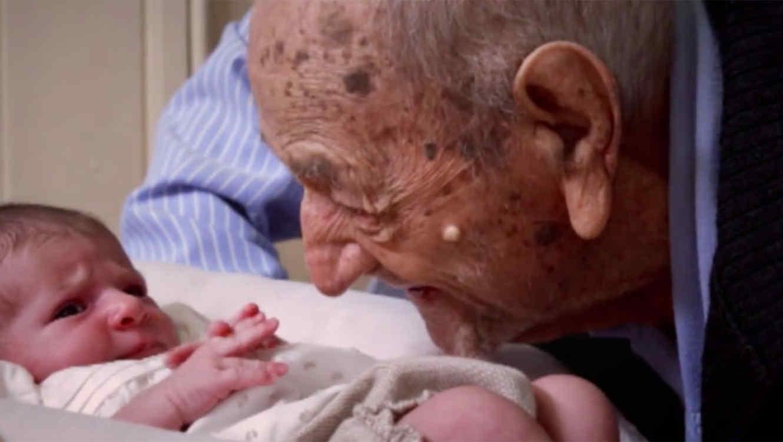 El emotivo consejo de un hombre de 112 años a una beba de 10 días