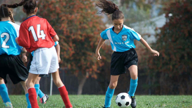 Niñas jugando fútbol soccer