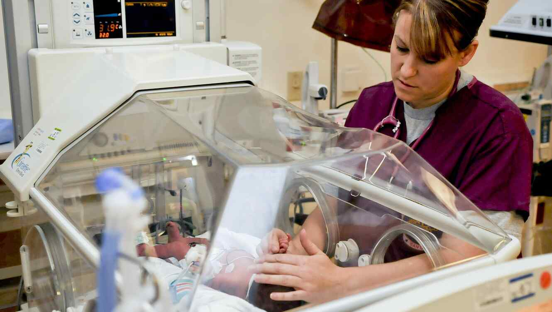 enfermera con recién nacido prematuro