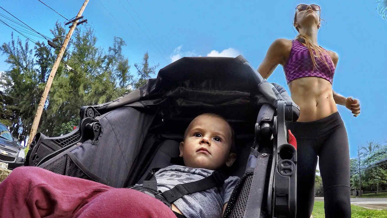 Mamá haciendo ejercicio y paseando a su hijo