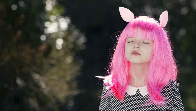 Niña con el cabello rosado