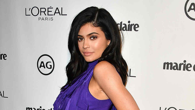 Kylie Jenner usando un vestido morado
