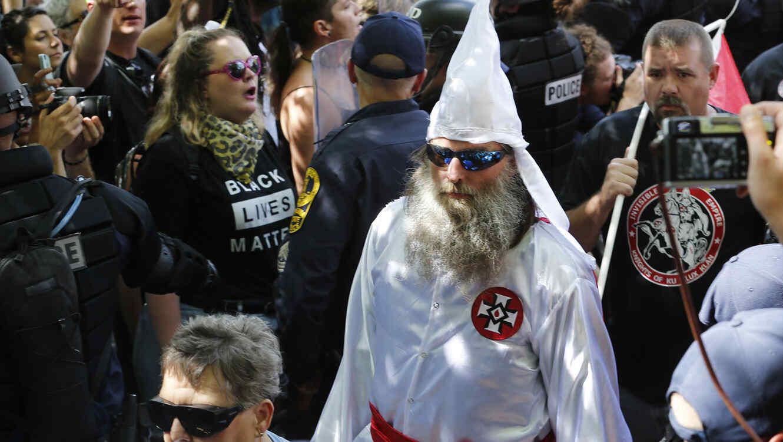 Manifestantes a favor y en contra del Ku Klux Klan separados por la policía durante un acto del KKK en Charlotesville, Virginia, el pasado 8 de julio del 2017.