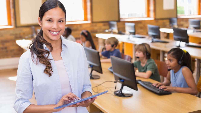 Maestra de escuela con tablet en la mano