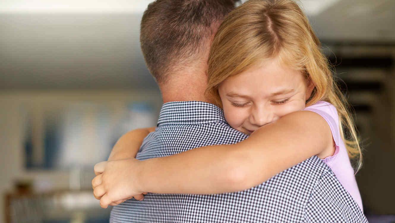 Niña abrazando a su papá