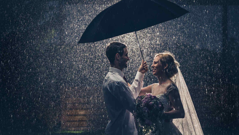 Pareja de novios bajo la lluvia