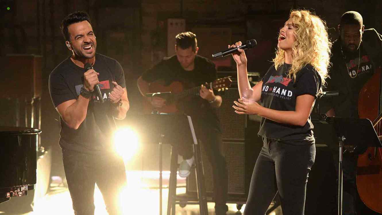 "Luis Fonsi y Tori Kelly cantando en ""Hand in Hand: A Benefit for Hurricane Relief"