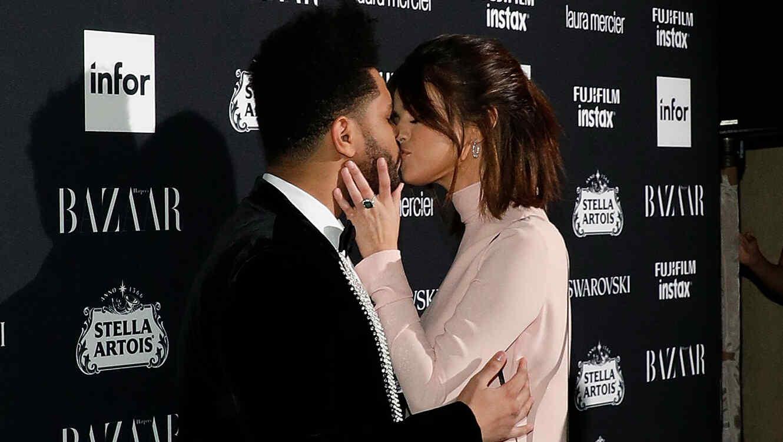 Selena Gomez y The Weeknd dándose un beso