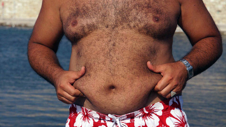 Hombre mostrando su barriga