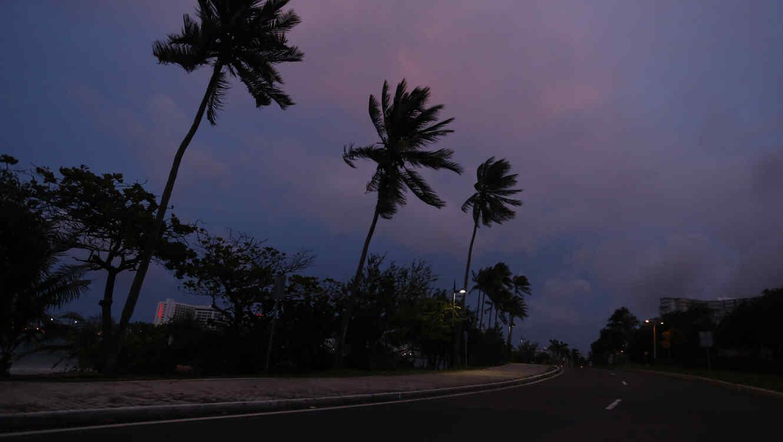 Vista nocturna desde una carretera este martes 19 de septiembre 2017, en una calle de San Juan (Puerto Rico).