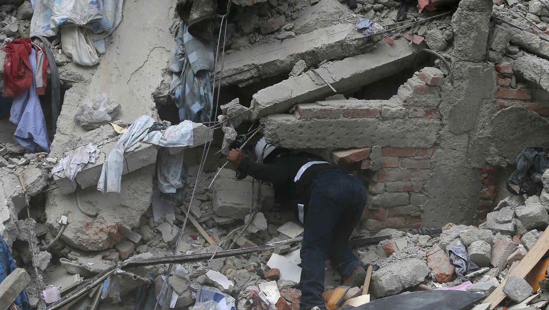 Un trabajador de la construcción revisa un edificio que se derrumbó luego de terremoto en el barrio Roma de la Ciudad de México, el martes 19 de septiembre de 2017.