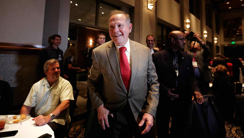 El candidato al Senado estadounidense, Roy Moore, saluda a los partidarios antes de su fiesta electoral, el martes 26 de septiembre de 2017 en Montgomery