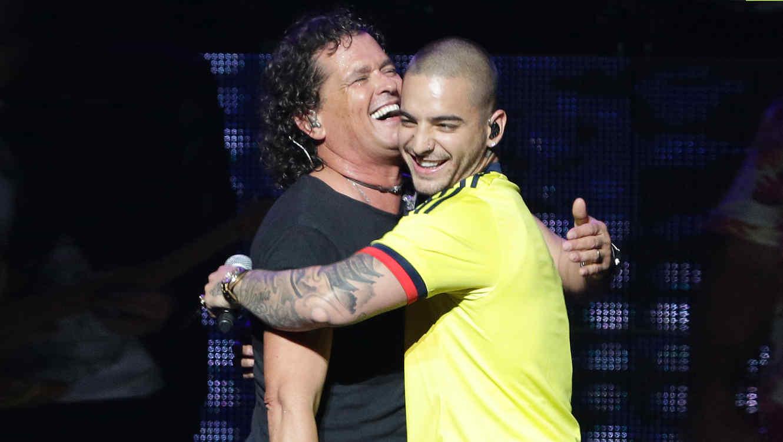 Carlos Vives y Maluma abrazados en el escenario.